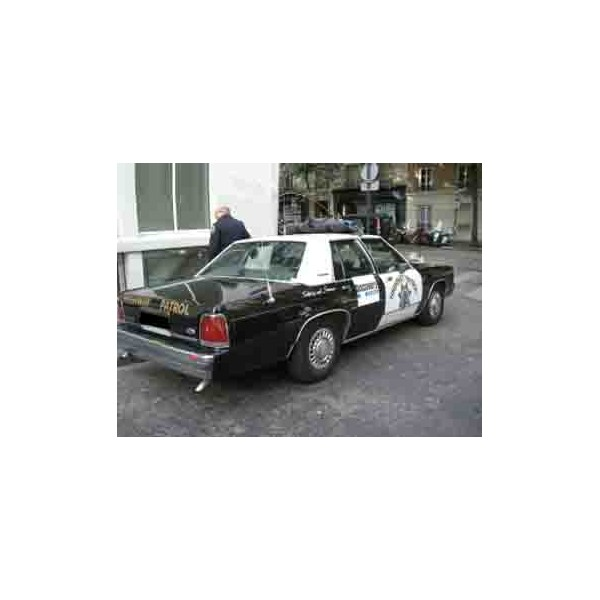 location auto retro collection ford crown victoria voiture de la police am ricaine 1991. Black Bedroom Furniture Sets. Home Design Ideas
